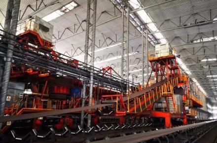 炼铁总厂开启无人化新时代 ——贝博app体育西区混匀料场首套智能化堆取料机投产
